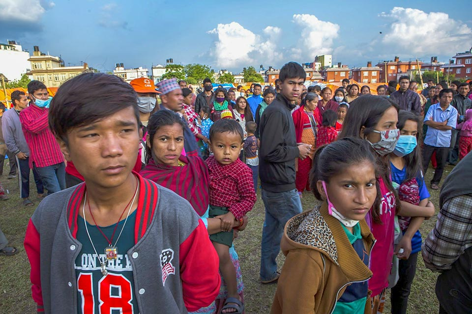Nepal earthquake survivors wait in the city