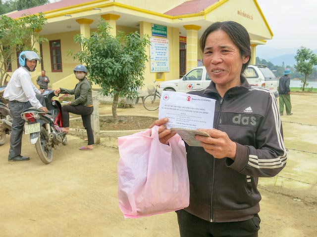 Mai Thi Tung receives support after floods in Vietnam